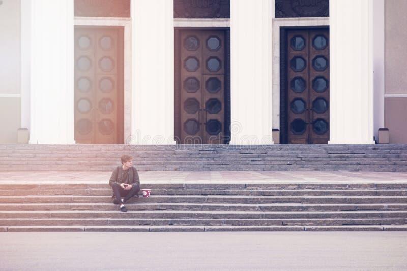 Mensenzitting op een Concrete Trede die op iemand tijdens Dag wachten royalty-vrije stock afbeeldingen