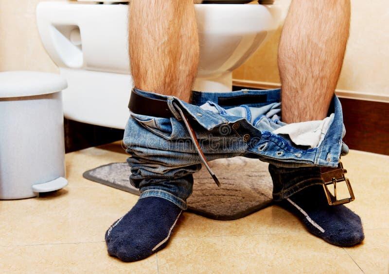 Mensenzitting op een toiletzetel royalty-vrije stock foto's