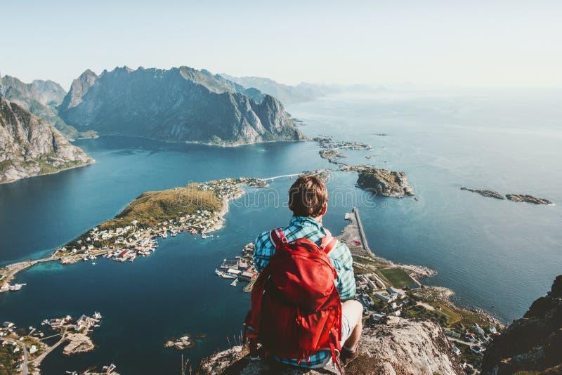 Mensenzitting op klippenrand die alleen van luchtmening genieten stock afbeeldingen