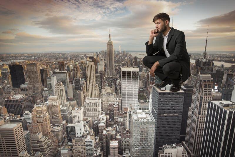Mensenzitting op Wolkenkrabber stock fotografie