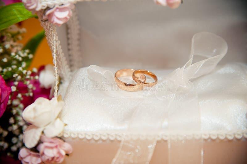 Mensonge d'anneaux de mariage dans le tronc nuptiale photos stock