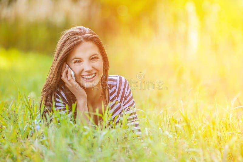 Mensonge d'herbe de jeune femme photos libres de droits