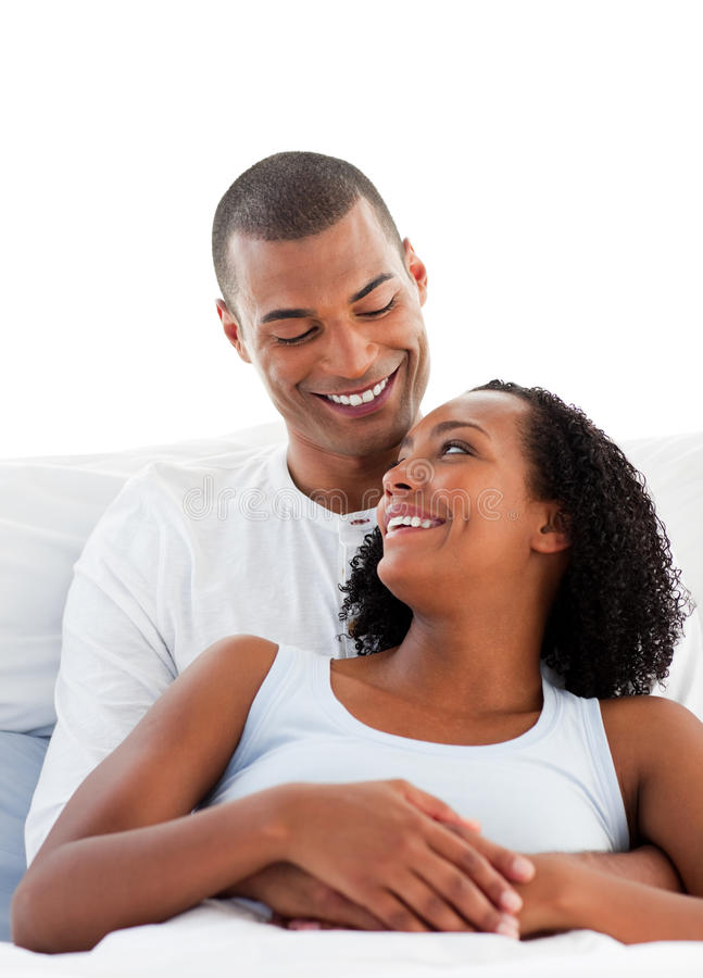 Mensonge de caresse de couples amoureux sur leur bâti photographie stock libre de droits