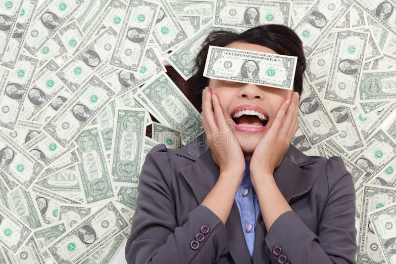 Mensonge excité de femme d'affaires sur l'argent photo stock