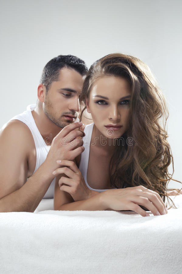 Mensonge mignon de couples image stock