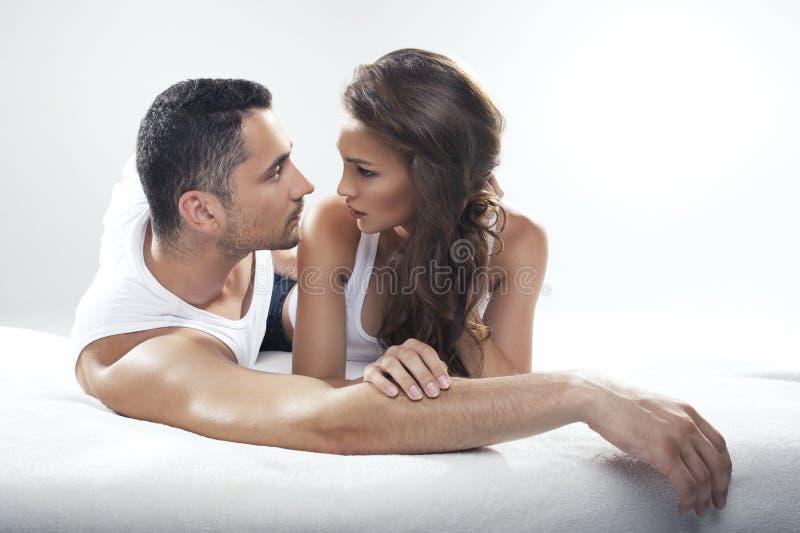 Mensonge mignon de couples photo libre de droits