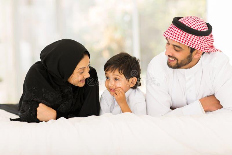 Mensonge musulman de famille images stock