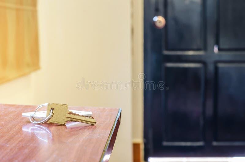 Mensonge principal de chambre d'hôtel sur la table avec le porte-clés images stock