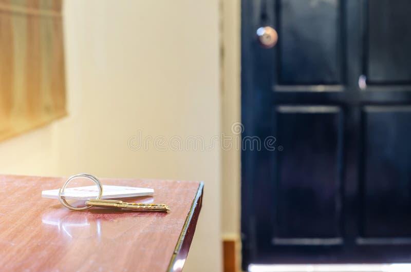 Mensonge principal de chambre d'hôtel sur la table avec le porte-clés image libre de droits
