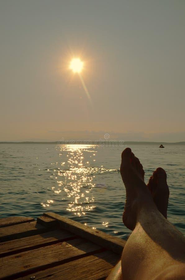 Mensonge sur la plage avec les jambes croisées photos libres de droits