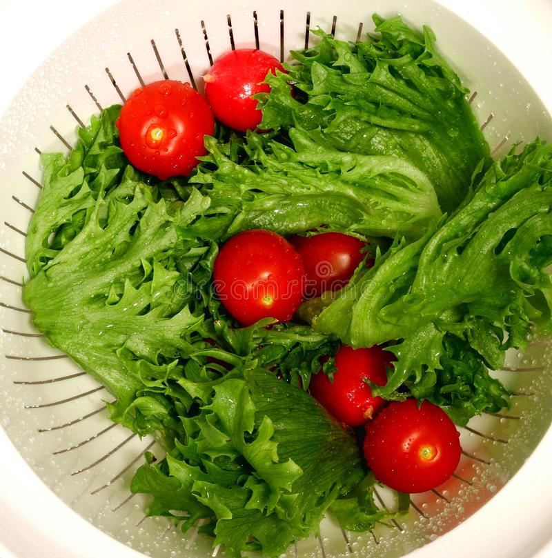 Mensonges rincés de légumes dans une passoire en plastique photo libre de droits