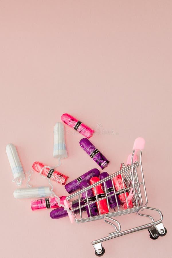 Menstrual okresu poj?cie Kobiety higieny ochrona Bawe?na tamponuje w w?zku na zakupy na r??owym tle Odg?rny widok, mieszkanie nie zdjęcie stock