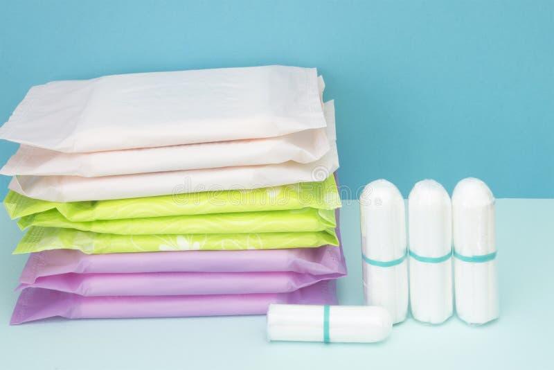 Menstruatie katoenen sanitaire stootkussens en tampon voor de bescherming van de vrouwenhygiëne Zachte tedere bescherming voor vr royalty-vrije stock afbeelding