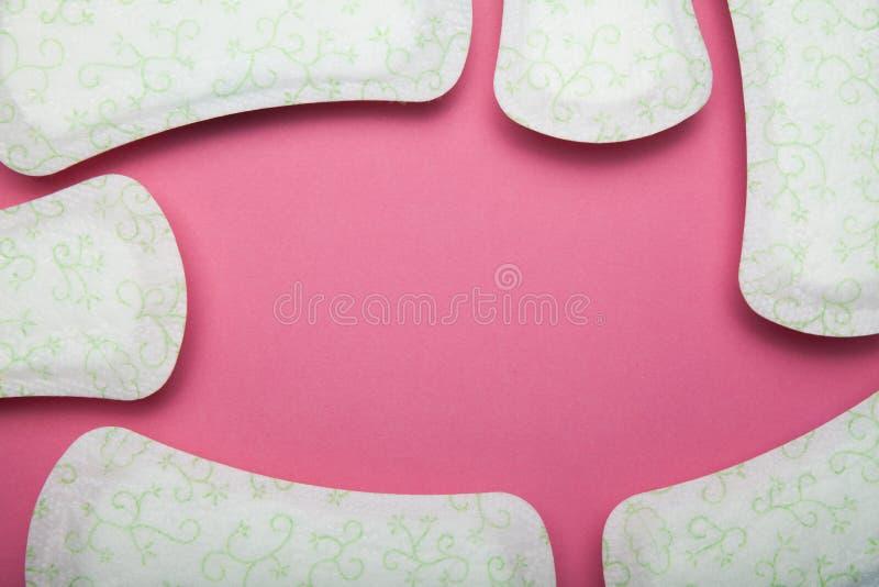 Menstrueel die stootkussen op roze achtergrond, exemplaarruimte wordt geïsoleerd stock fotografie