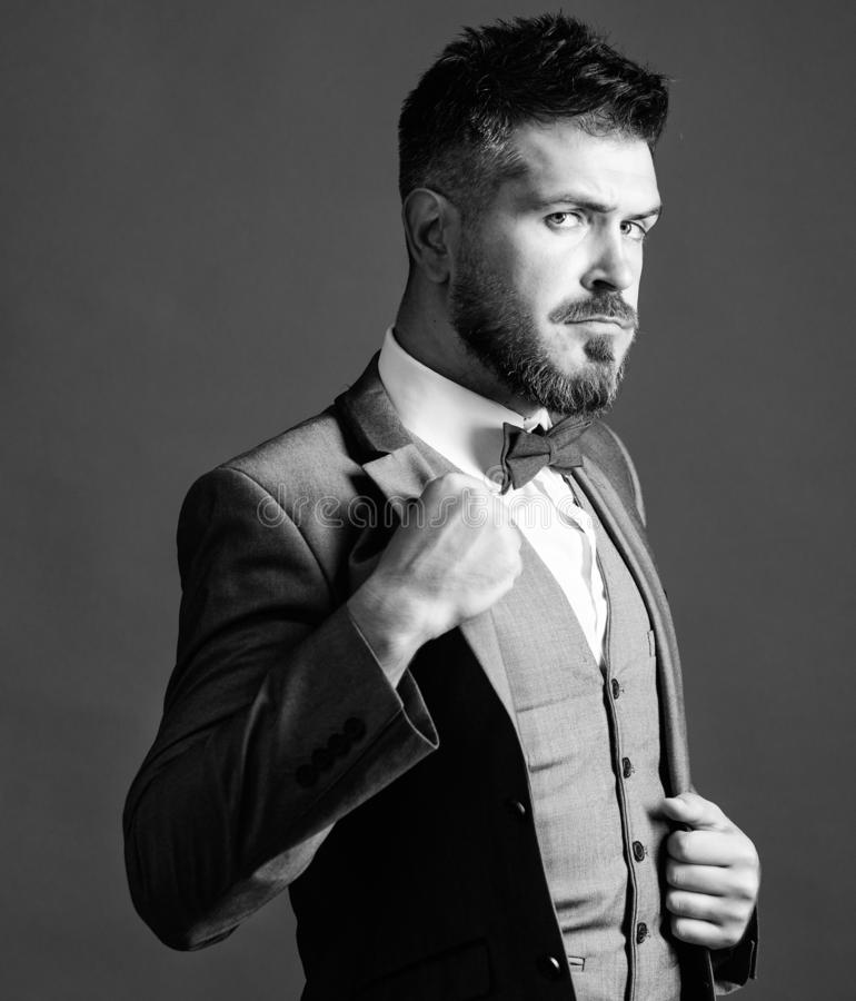 Κλασικό ύφος αισθητικό Τέλειο κοστούμι κατάλληλο αυτός Κατάστημα Menswear Το άτομο ρυθμίζει το κοστούμι με το δεσμό τόξων Καλά κα στοκ φωτογραφία