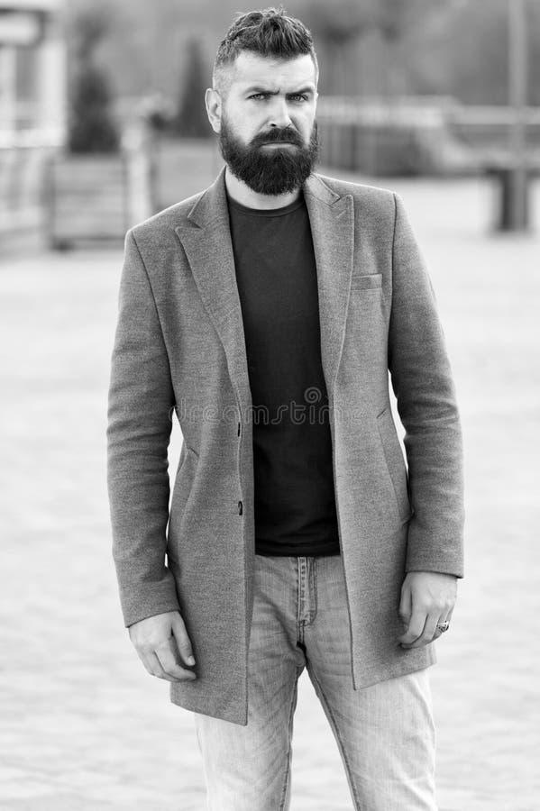 Menswear en mannelijk manierconcept Modieuze modieuze laag van mensen de gebaarde hipster Comfortabel en koel Mannelijke toevalli stock foto's