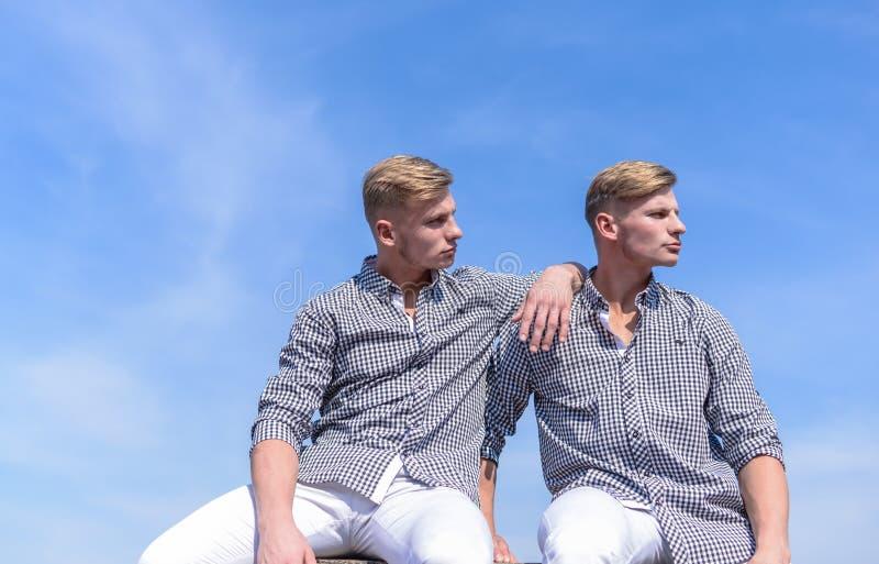 Menswear i mody pojęcie Mężczyzna atlety silna odzież ten sam koszula Braci bliźniaków spojrzenia atrakcyjni Modny jednakowy obraz stock