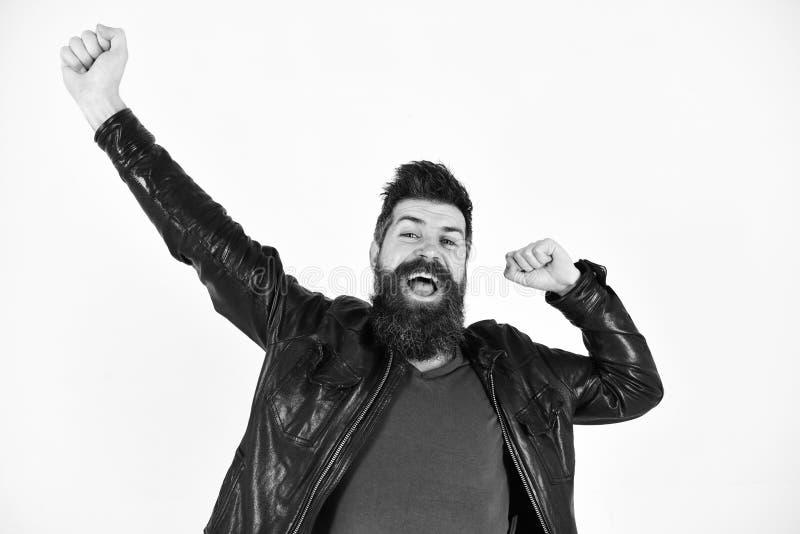 Menswear i mody pojęcie Mężczyzna z brodą i wąsy na uśmiechniętych twarzy rozciągania rękach Macho jest ubranym skórzaną kurtkę fotografia stock