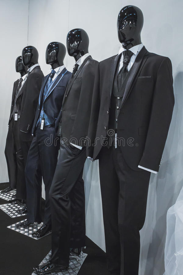 Menswear na exposição em Si Sposaitalia em Milão, Itália imagens de stock