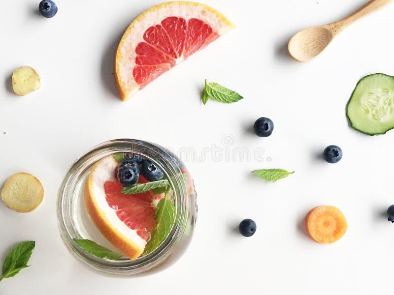 Menta, arándanos y agua del pomelo infundida foto de archivo