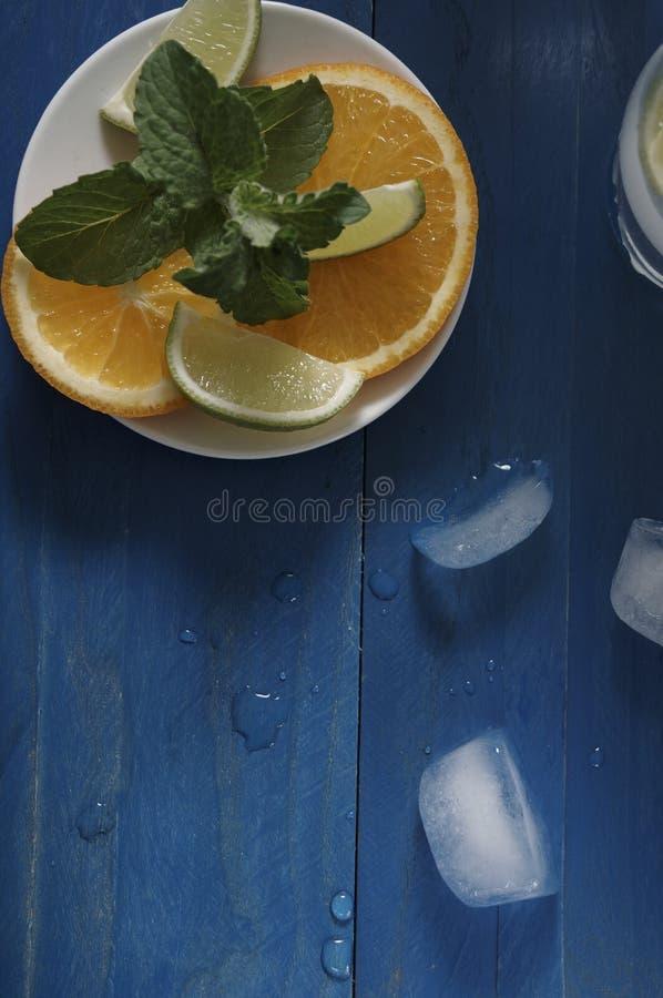 Menta e frutta su un piatto fotografia stock libera da diritti