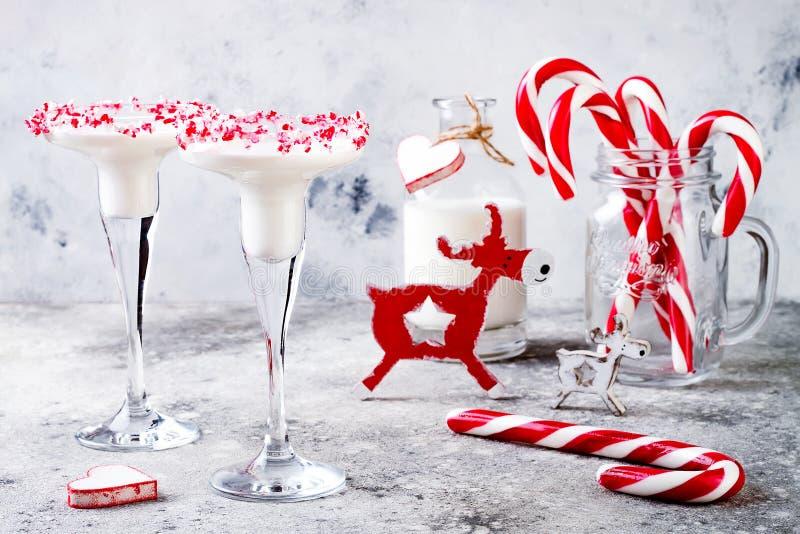 Menta piperita martini della cioccolata bianca con l'orlo del bastoncino di zucchero Bevanda del partito di festa di Natale fotografie stock