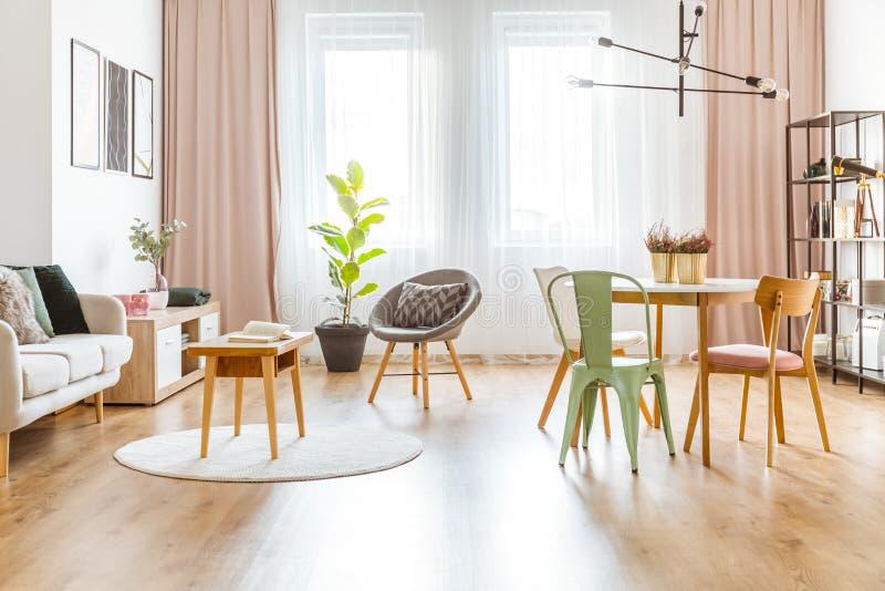Menta y sala de estar rosada fotos de archivo
