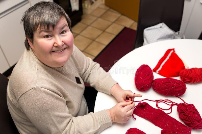 Mentalement - la femme handicapée fait du crochet, ouvrage pour un alternati images libres de droits