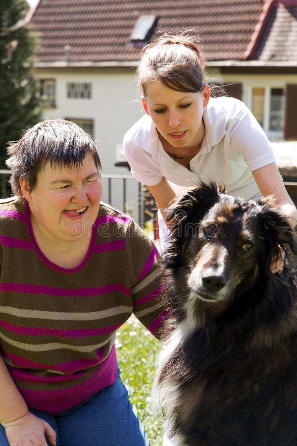 Mentalmente - mulher deficiente com um cão imagens de stock