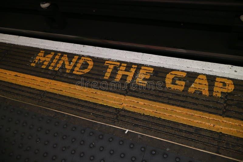 Mente do ` o sinal do ` de Gap situado no subterrâneo de Londres imagens de stock