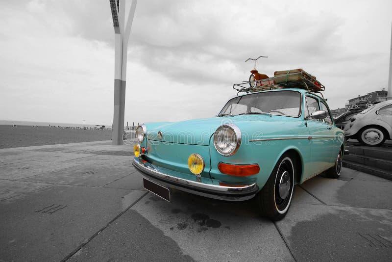 Menthe bleue noire et blanche de vieille de volkswagen de cru rétro voiture d'oldtimer image stock