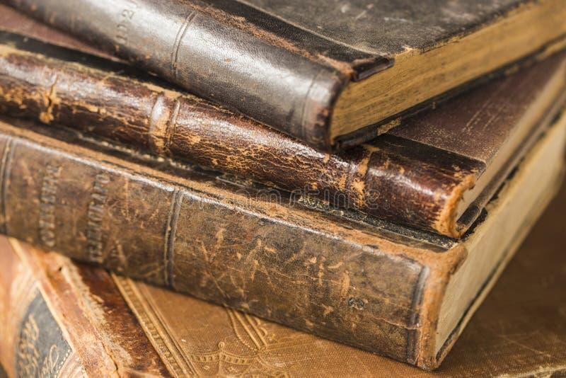 Mentira antigua de los libros en una pila fotografía de archivo