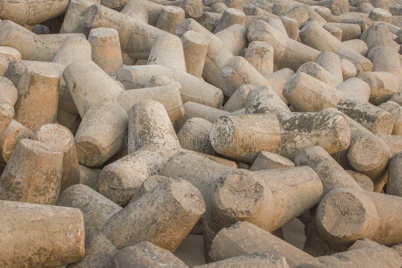 Mentira concreta cinzenta dos tetrapods em um montão Barreira do tsunami fotografia de stock