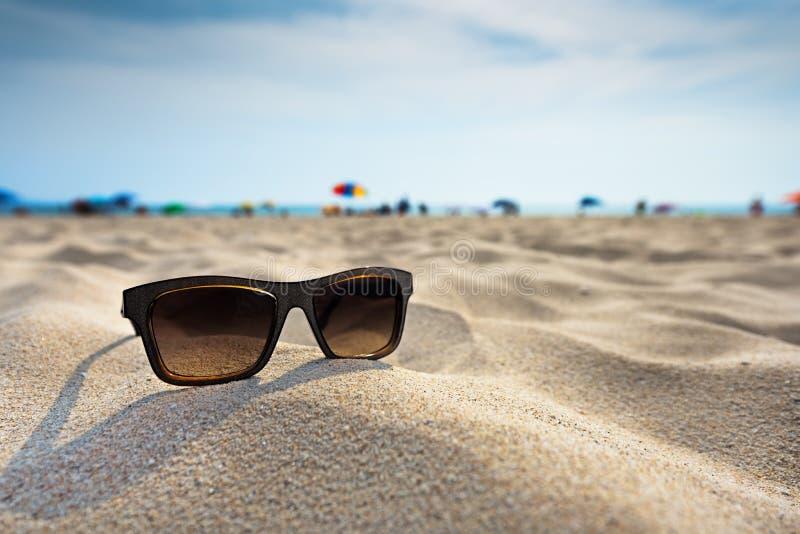 Mentira de los vidrios de Sun en una playa imagen de archivo