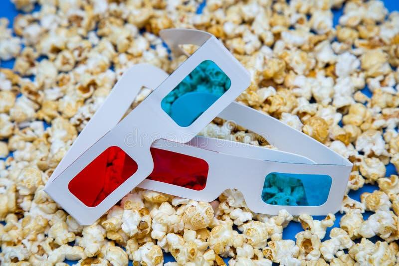 Mentira de Popcore dispersada sobre los vidrios 3D para las películas de observación fotografía de archivo libre de regalías