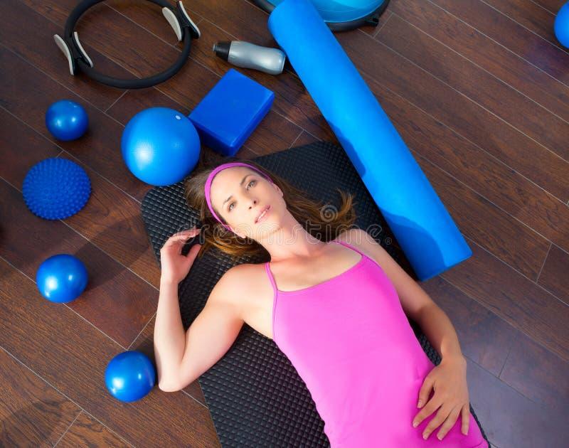 Mentira de reclinación cansada mujer de los aeróbicos en la estera fotografía de archivo