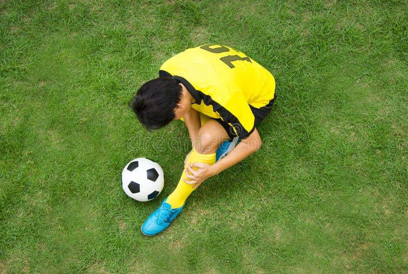 Mentira del futbolista herida en la echada imagenes de archivo
