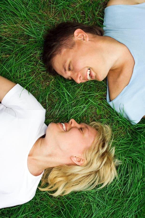Mentira del hombre y de la mujer en hierba imágenes de archivo libres de regalías