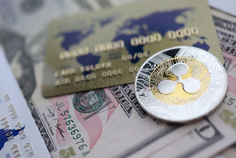 Mentira del primer de la ondulaci?n XRP de la moneda de plata en la tabla fotografía de archivo