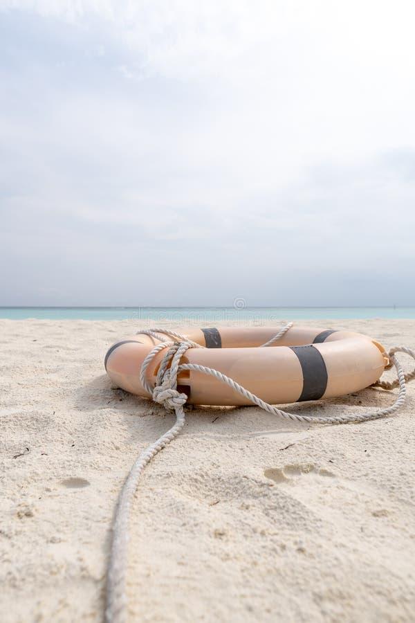 Mentira del salvavidas y de la cuerda en la playa de una playa tropical foto de archivo