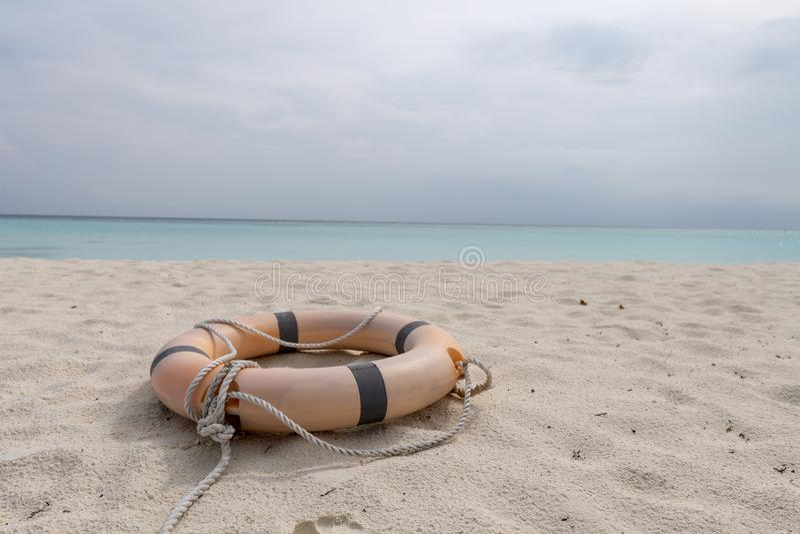 Mentira del salvavidas y de la cuerda en la playa de una playa tropical fotos de archivo libres de regalías