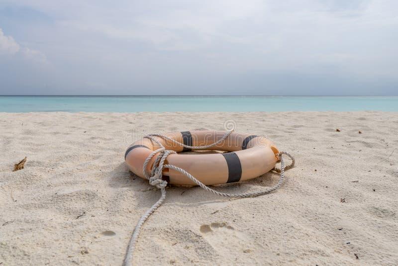 Mentira del salvavidas y de la cuerda en la playa de una playa tropical fotografía de archivo libre de regalías