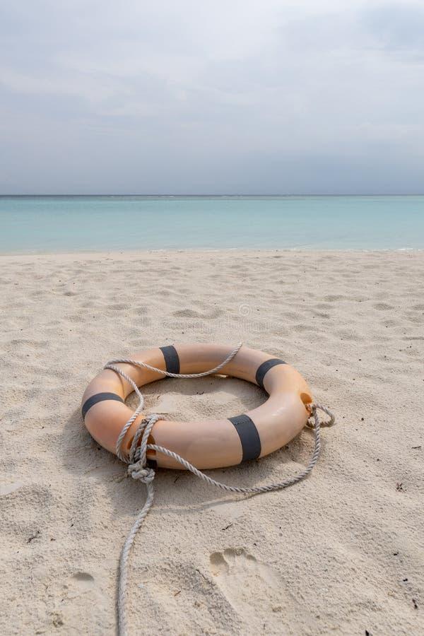 Mentira del salvavidas y de la cuerda en la playa de una playa tropical fotografía de archivo