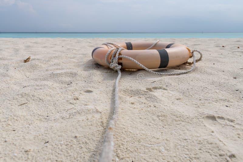 Mentira del salvavidas y de la cuerda en la playa de una playa tropical imágenes de archivo libres de regalías