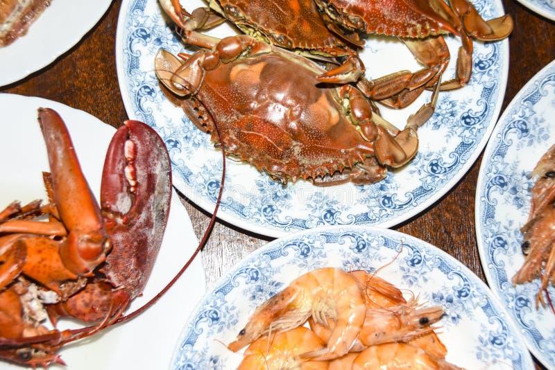 Mentira diferente do prato de muitos caranguejos do polvo do camarão da lagosta do marisco em placas do meze foto de stock royalty free
