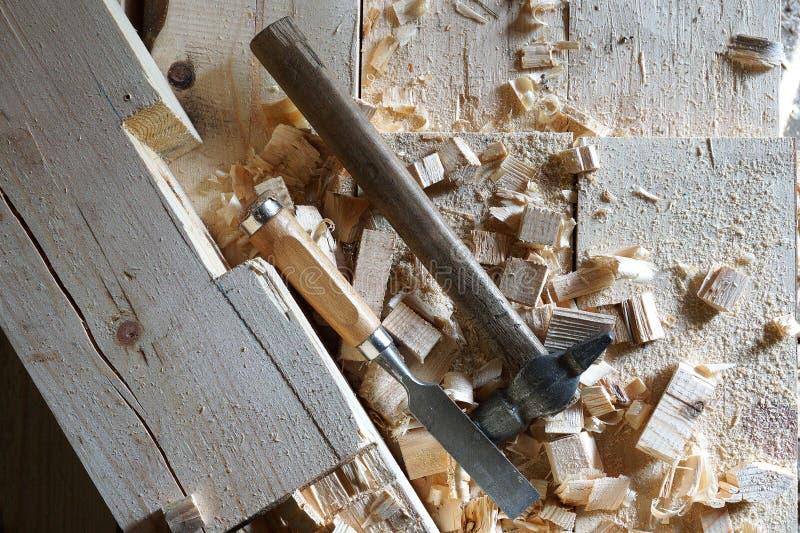 Mentira do martelo e do form?o nas placas foto de stock