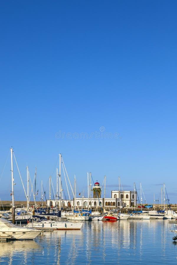 Mentira dos barcos de navigação no porto Marina Rubicon fotos de stock