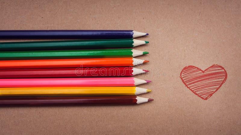 Mentira dos lápis em uma superfície do cartão imagens de stock