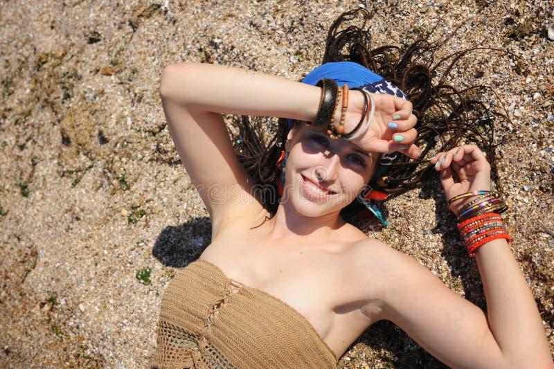 Mentira en la arena, muchacha del retrato de la mujer con los dreadlocks imágenes de archivo libres de regalías
