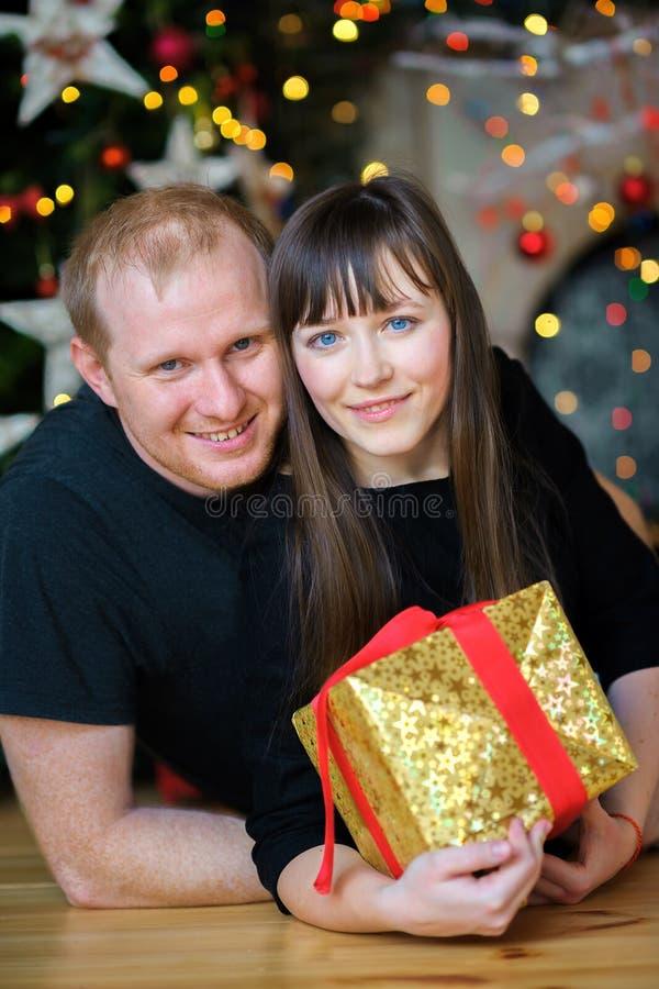 Mentira feliz da família em um assoalho foto de stock